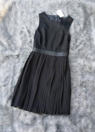 Новое платье с вырезом на спинке и плиссированной юбкой h&m