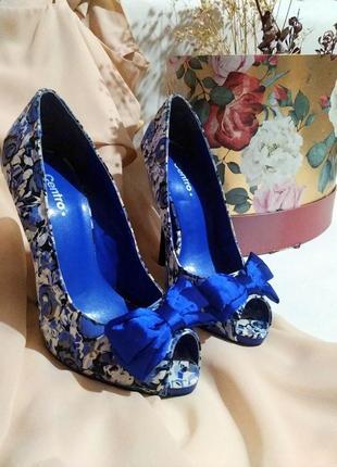 Синие босоножки на высоком каблуке с бантом и цветочным принтом от centro