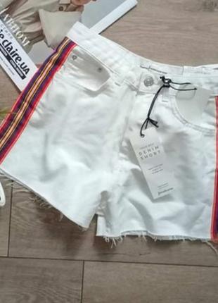 Стильні білі шорти з червоною полоскою збоку