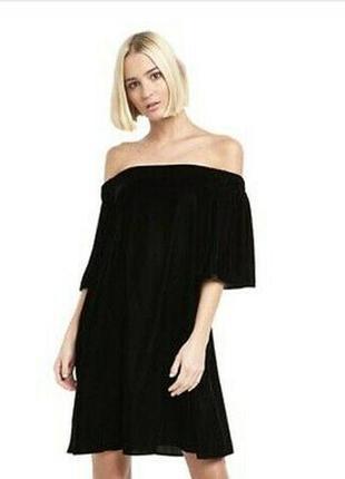 Велюровое платье с открытыми плечами бархатное
