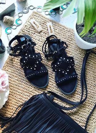 Чёрные проклёпанные босоножки от фирмы new look с колечками.
