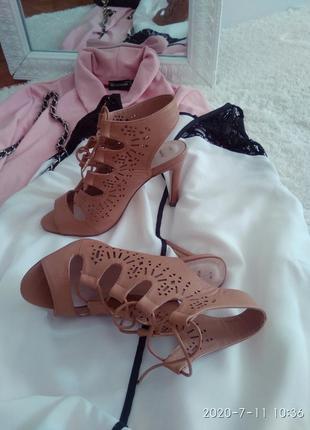 Стильні босоніжки на каблуці зі шнурівкою р.36