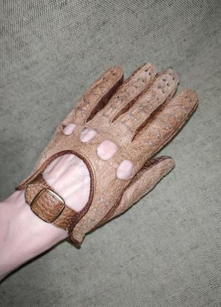 Кожаные перчатки с перфорацией.