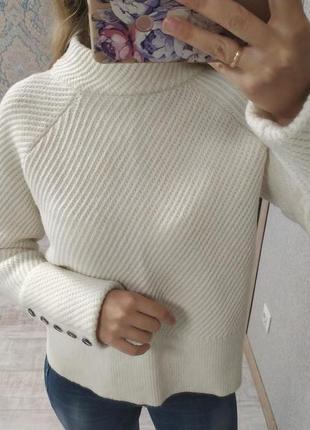 Теплый актуальный шерстяной свитер с пуговицами