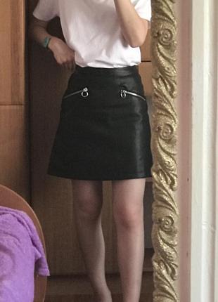 Актуальная кожаная юбка с колечками