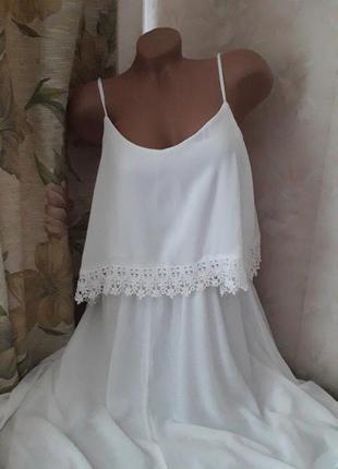 Белое, вискозное платье, с кружевом.