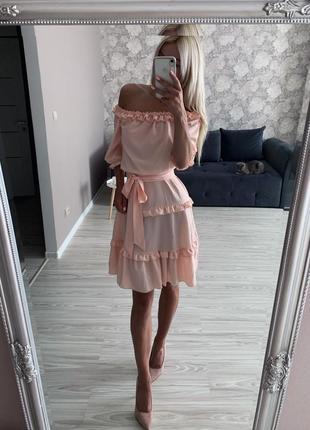 Милое платье на плечиках