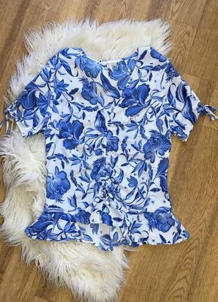 Очень красивая блуза топ в цветах на завязке шнуровке с воланом на талии вискоза