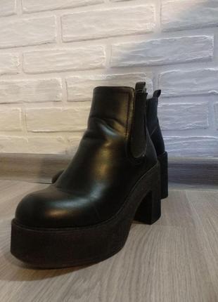 Женские черные деми ботинки на высокой платформе