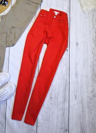 Красивые красные джинсы