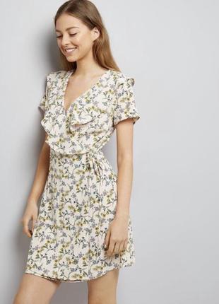 Красивое платье на запах в цветы