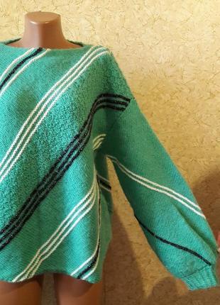 Оригинальный зеленый свитер с черной и белой полоской