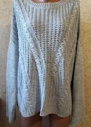 Красивый серый свитер с жемчужинками