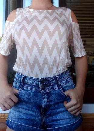 Классная новая легкая футболка с вырезами на плечах