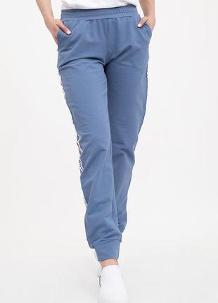 Спортивные штаны женские расцветки джинс с нашивкой
