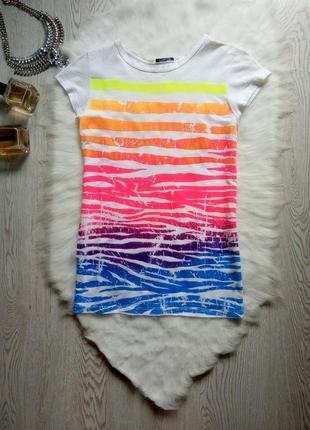 Белая футболка с ярким цветным принтом рисунком разноцветный радуга
