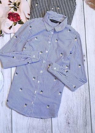 Рубашка в белую голубую полоску с вышитыми ромашками