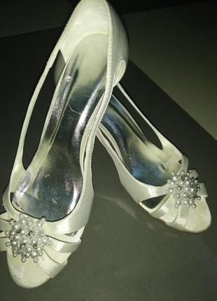 Туфли белые с бусами атлас