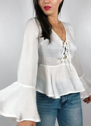 Нежная блуза с переплетами на груди