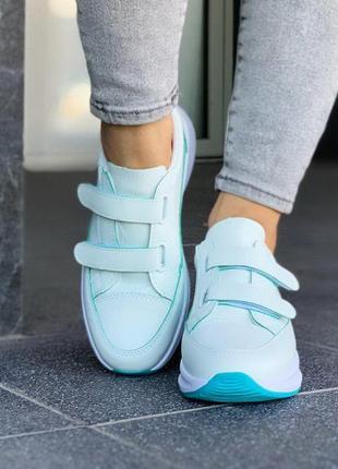 Кроссовки белые с зелёным на липучках