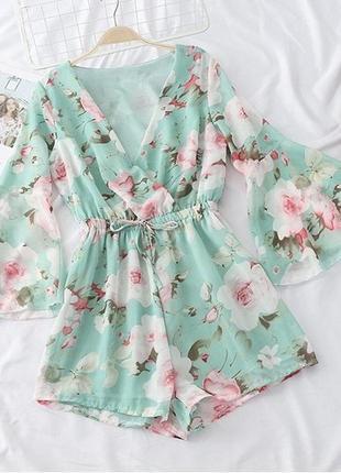 Нарядный женский  комбинезон шортами с цветами, цвет зеленый