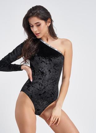 Черное велюровое боди на одно плечо