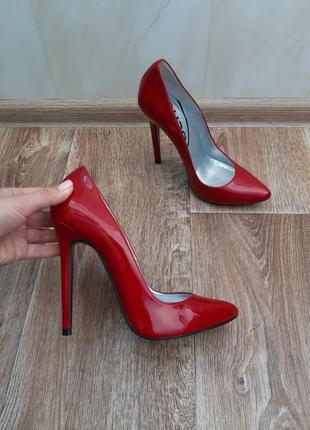 Лаковые туфли на высоком каблуке schuh