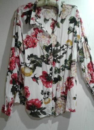 Яркая блузка с цветами