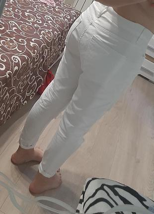 Белые джинсы мом. рваные джинсы