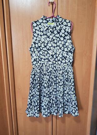 Красивое летнее платье, черное платье в бело-желтые ромашки, цветочный принт, юбка плиссе