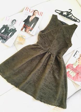 Безупречное кукольное платье в складку цвета хаки