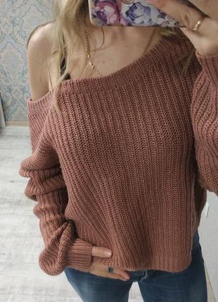 Красивый актуальный свитер на одно плечо
