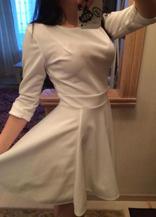 Красивое белое новое платье