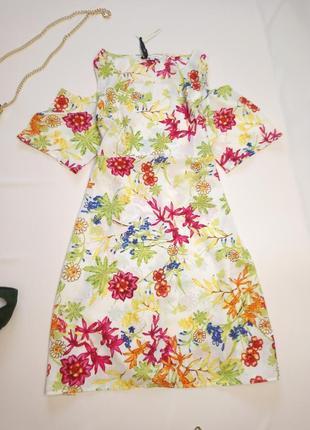 Платье в цветы на плечи