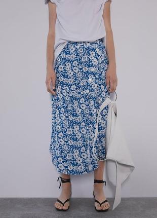 Новая актуальная синяя ассиметричная юбка миди в цветы