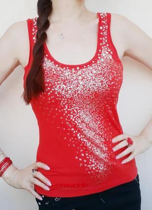 Яркая красная майка расшитая бусин жемч бисер с сереб узором футболка паетк