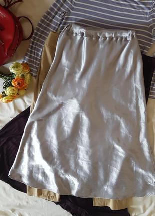 Крутая атласная юбка миди а-силуэта