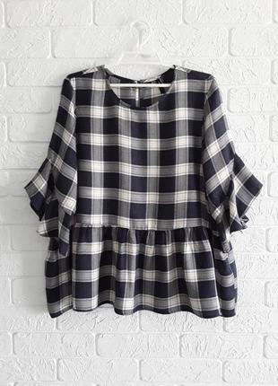Легкая  туничка , блузка  в модный принт - клетку с оборочками на рукавах  и низу