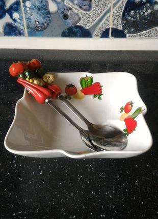 """Салатник фарфоровый с ложкой и вилкой """"овощи"""""""