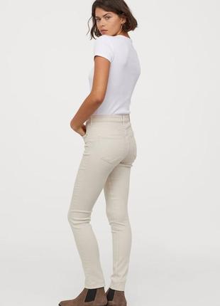 Бежевые джинсы h&m.