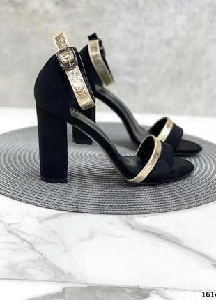 Чёрные босоножки на каблуке с закрытой пяткой
