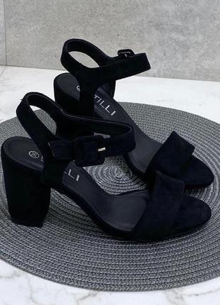 Шикарные босоножки на среднем каблуке