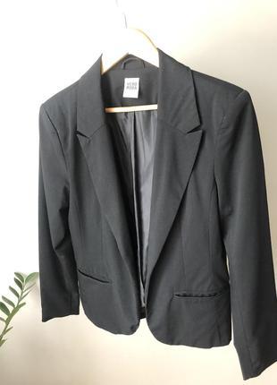 Базовий чорний піджак