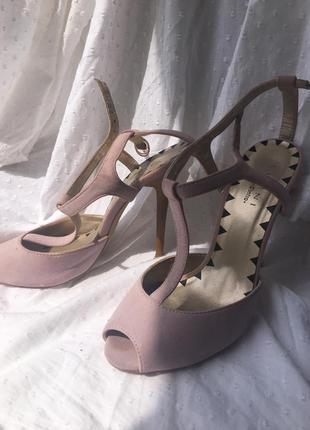 Летние босоножки на каблуке