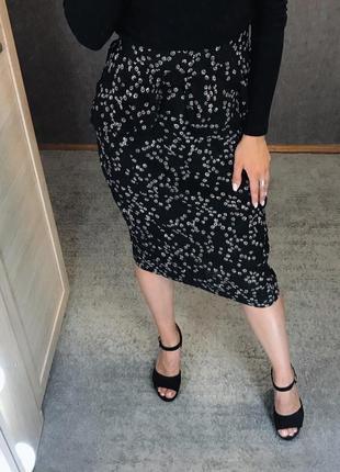 Чёрная летняя легкая миди юбка карандаш с баской в цветочный принт, ромашки цветы