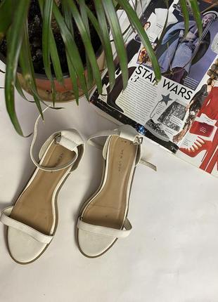 Босоножки белого цвета в ретро стиле new look на невысоком каблуке