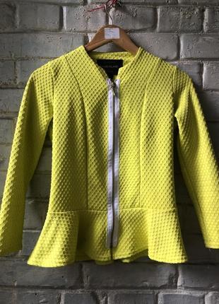 Желтый красивый пиджак