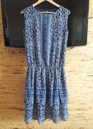 Платье синее с рисунком и с оборкой oodji