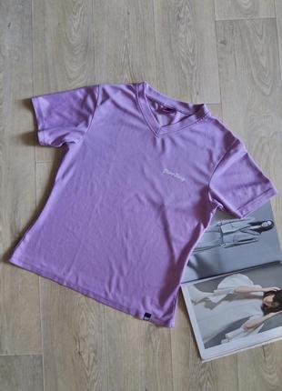 Спортивная лиловая футболка