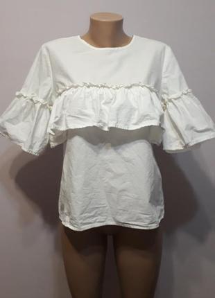 Стильная белая блуза с оборкой